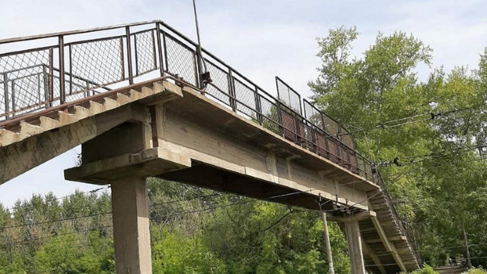 Пешеходный мост в Каменске-Уральском сделали светлее