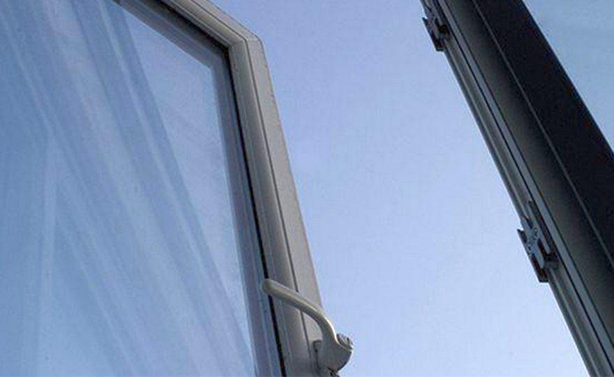 Житель Каменска-Уральского выпал из окна второго этажа