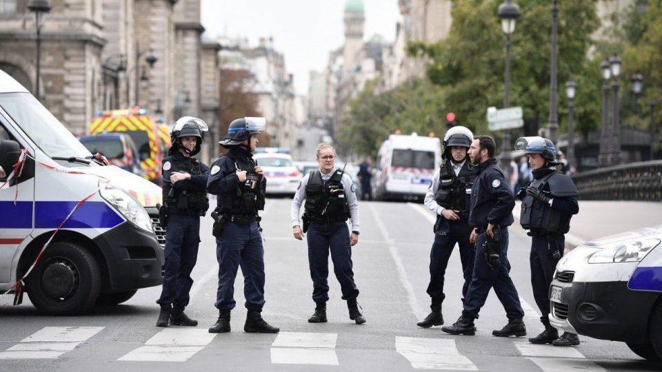 В Париже полицейский зарезал четверых коллег и был застрелен