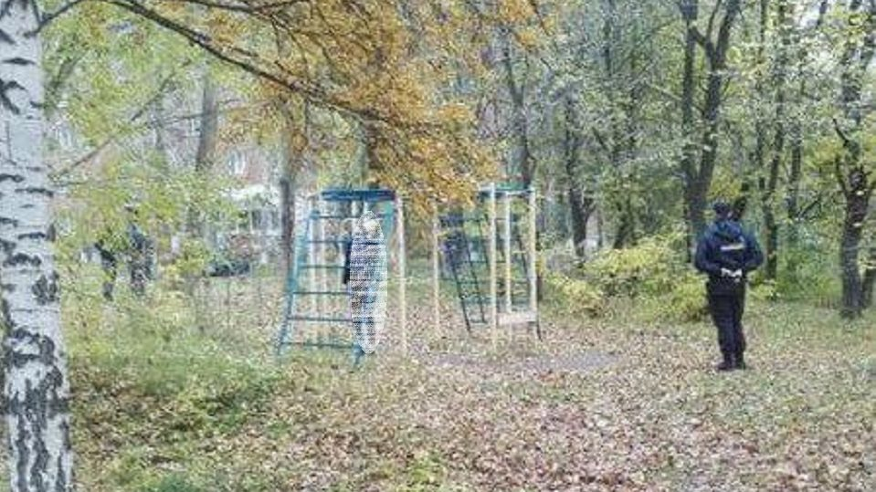 В Екатеринбурге обнаружили студентку повешенной на турнике