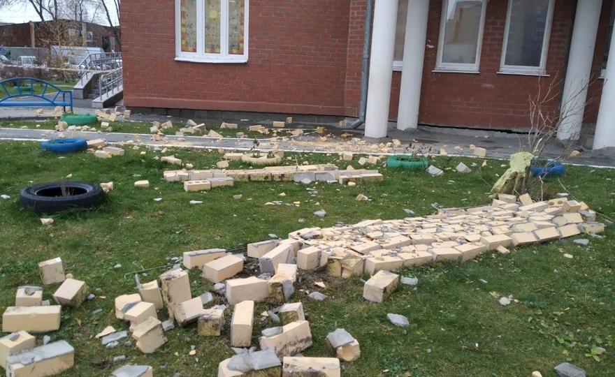 Часть кирпичной стены обвалилась на тротуар в Екатеринбурге