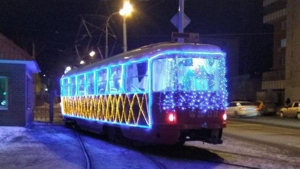По Екатеринбургу ездит новогодний трамвай
