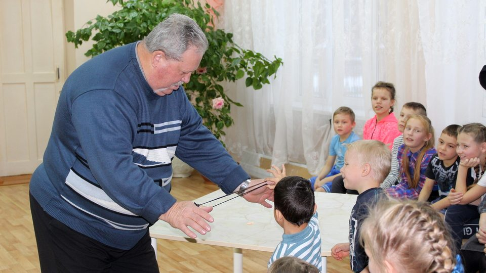 Полиция и ветераны МВД вручили подарки детям Каменского района