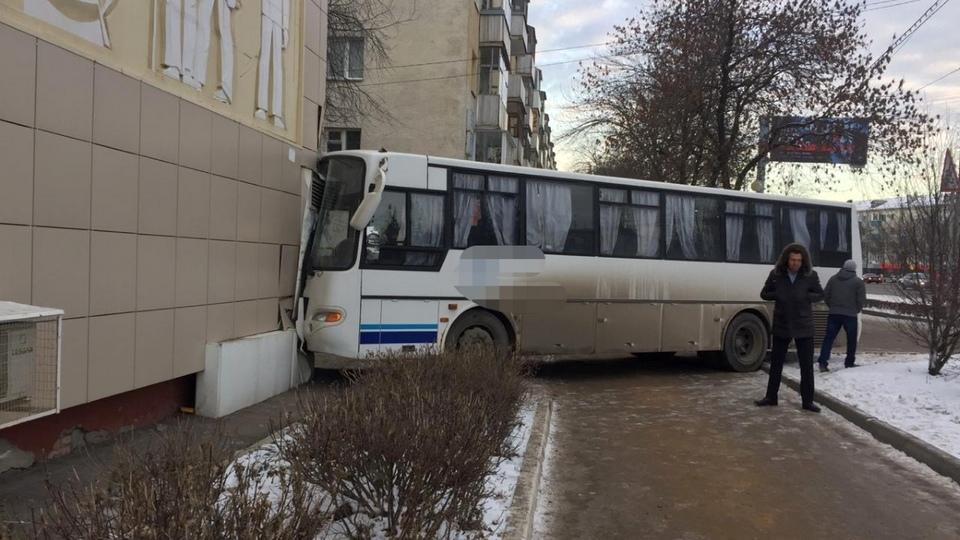 Автобус врезался в дом в Уфе