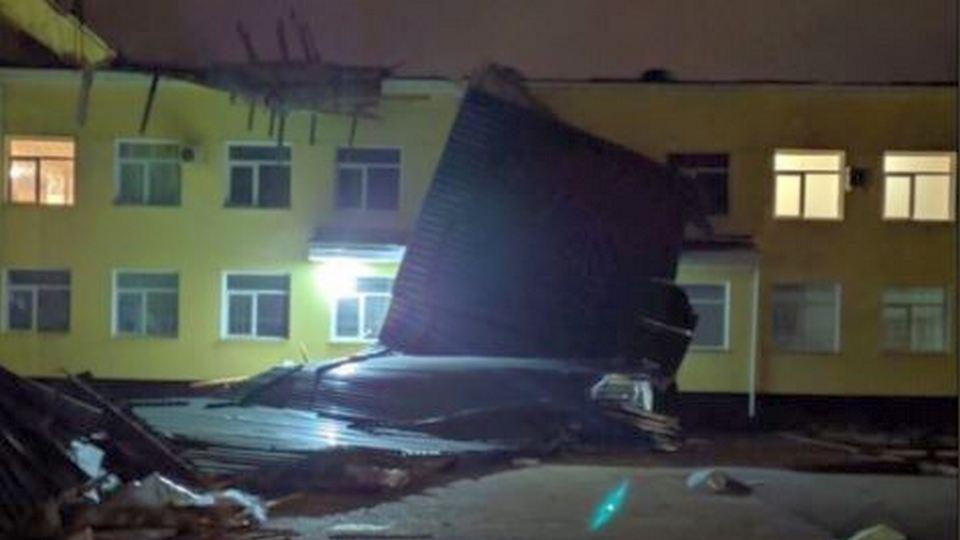 В одной из школ Крыма отменили занятия из-за сильного ветра, сорвавшего крышу здания
