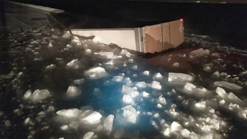 Два человека погибли в Якутии, провалившись под лед на грузовике