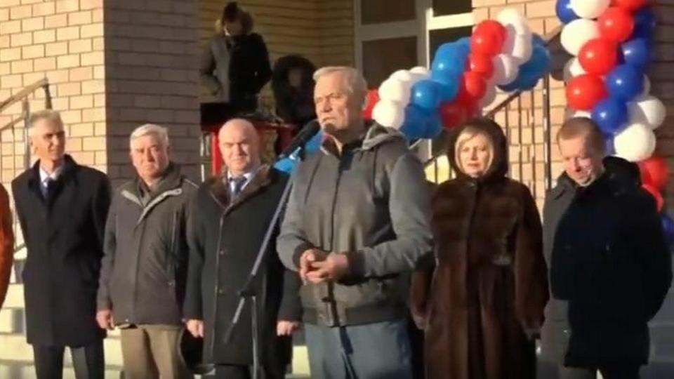 Депутат Госдумы подарил вазелин главе района на открытии школы