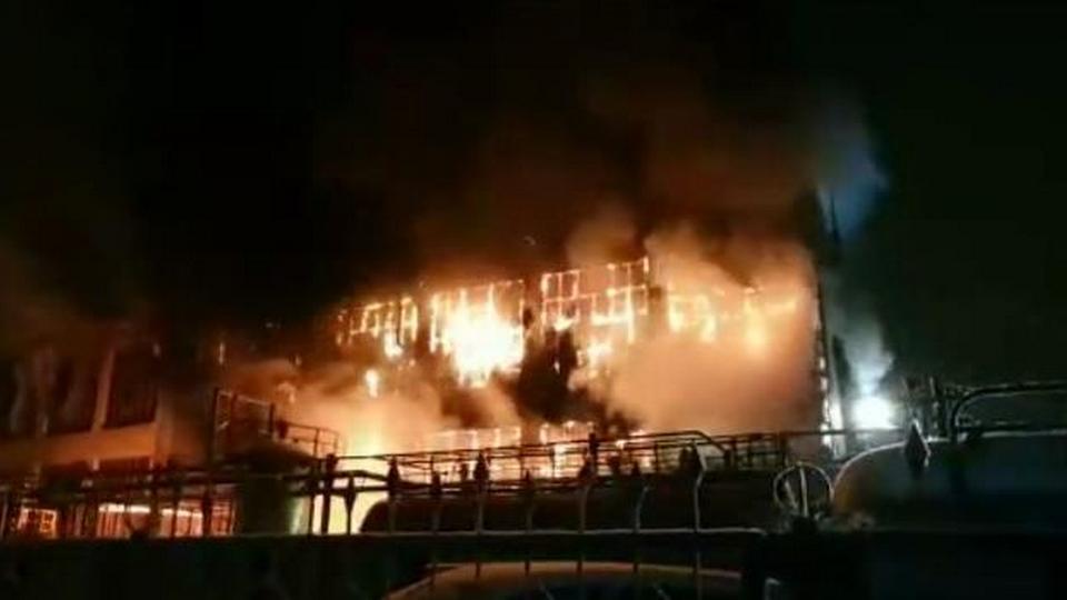 Крупный пожар на заводе Нефтехим в Уфе тушили при помощи поезда
