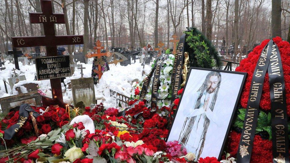 Фанаты могли случайно поджечь крест на могиле Децла