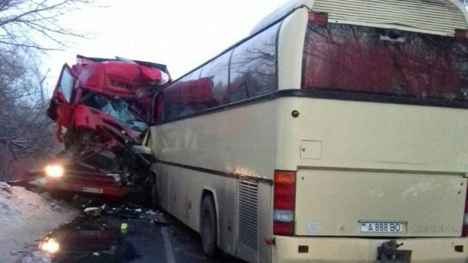 В Сети появились фото с места ДТП с автобусом из Москвы на Украине