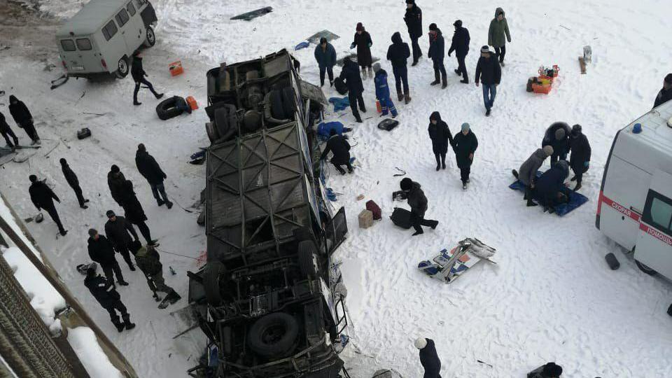 19 человек погибли в результате падения автобуса с моста в реку в Забайкалье
