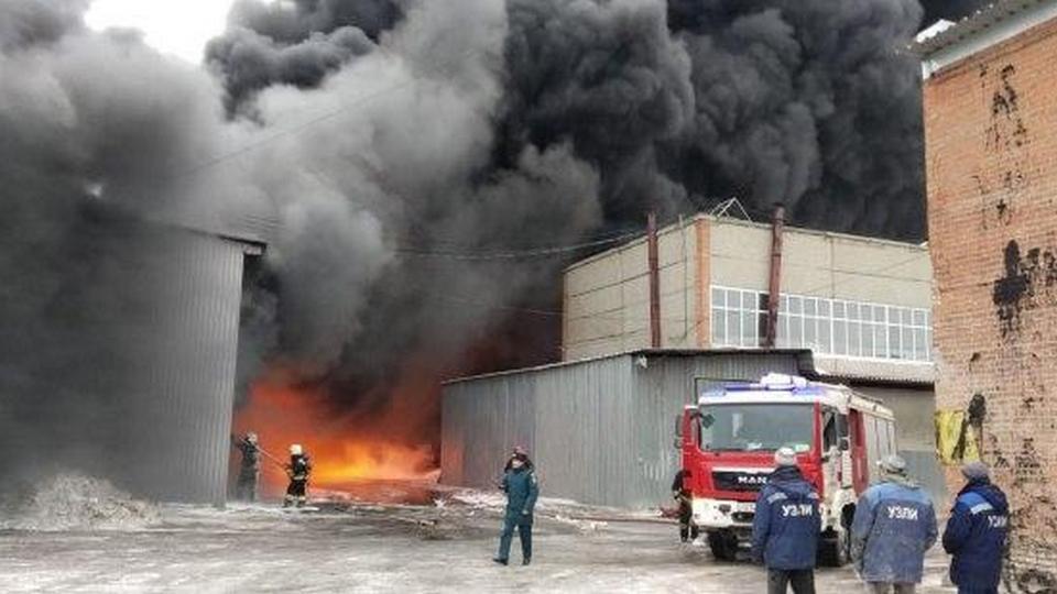 В Екатеринбурге на 800 квадратных метрах горит склад с краской