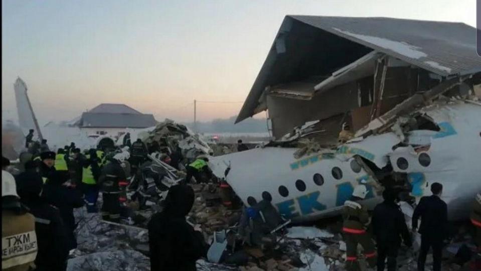 В Сети появились фото с места крушения самолета в Казахстане