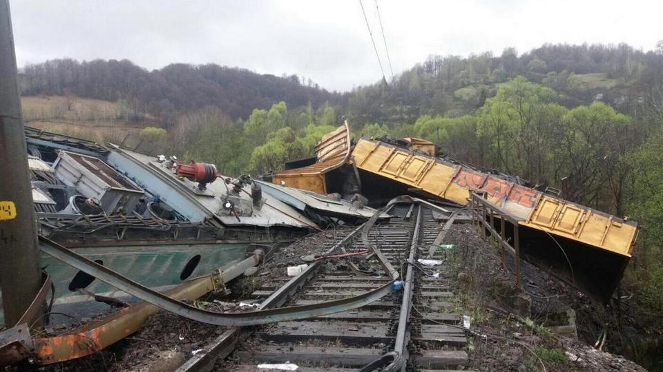 Пять человек пострадали при столкновении товарняка с пассажирским поездом в Румынии