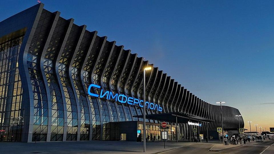 Житель Урала напился в ожидании самолета в крымском аэропорту и устроил дебош
