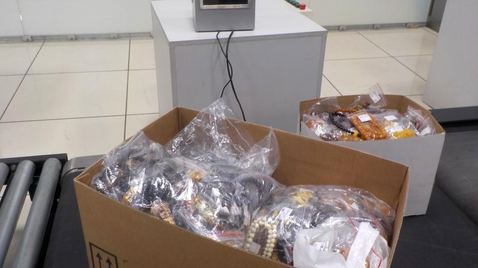 В аэропорту Кольцово задержали гражданку Китая, которая пыталась вывезти из РФ 19 кг янтаря