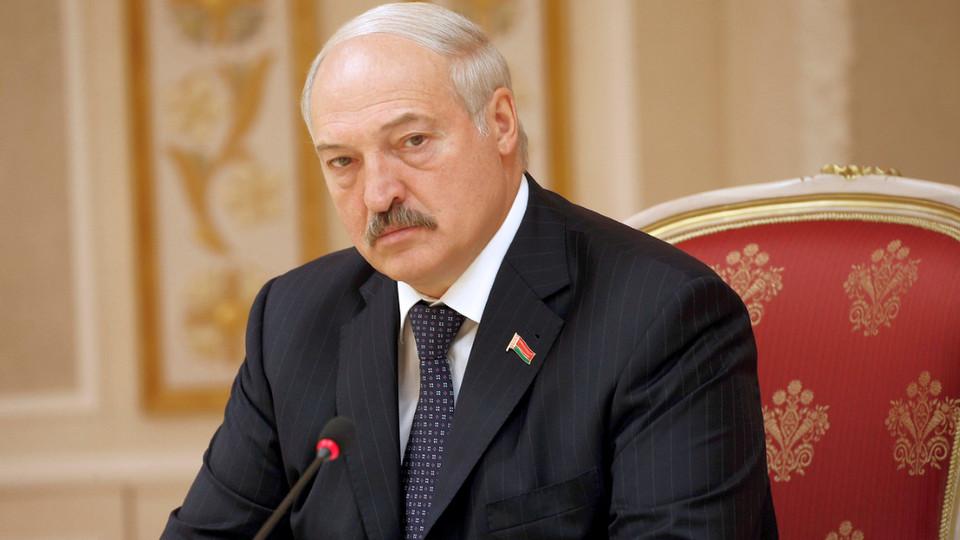 """Лукашенко попросил СМИ Белоруссии """"не перебирать, похваливая президента"""""""