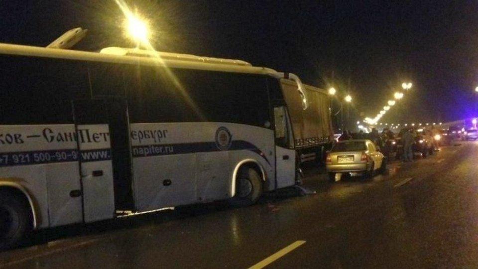 15 машин, микроавтобус и рейсовый автобус столкнулись на трассе в Ленинградской области