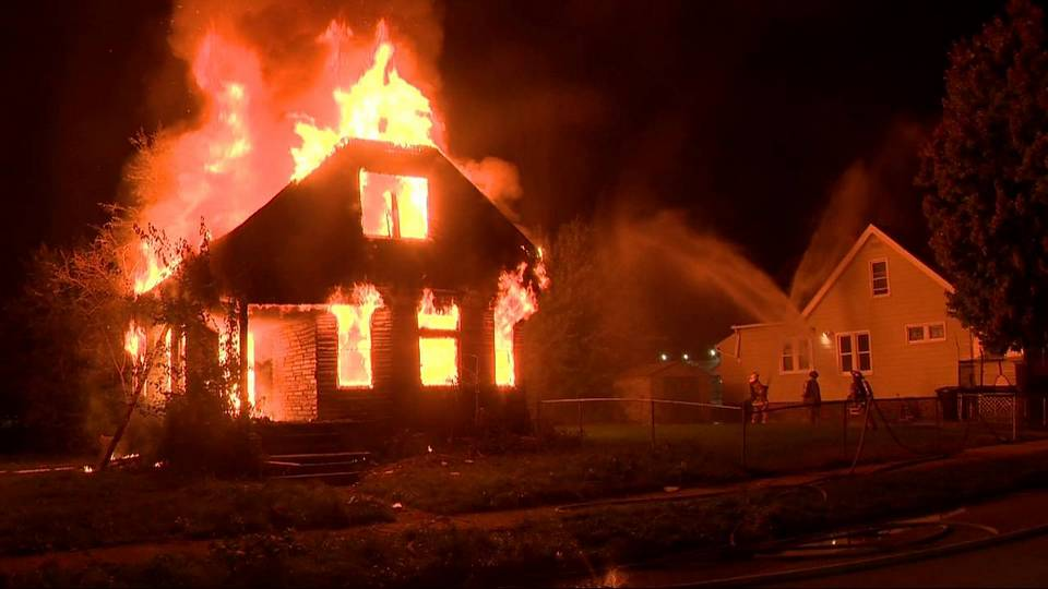 Селфи пожарных Детройта на фоне горящего дома возмутило соцсети