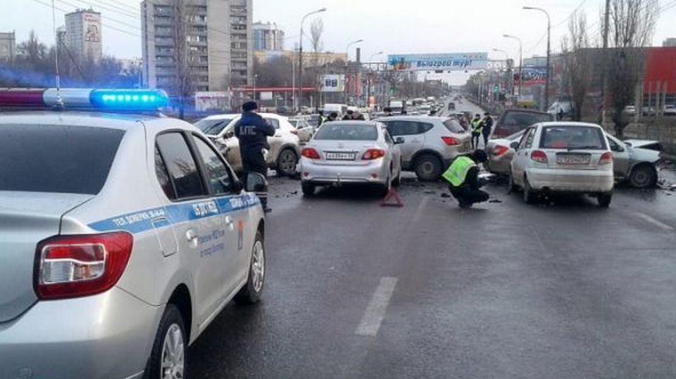 """В Волгограде водитель на летней резине собрал """"страйк"""" из пяти автомобилей"""