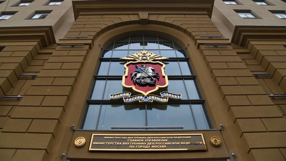 Московские подростки угнали автомобиль и врезались в здание ГУМВД