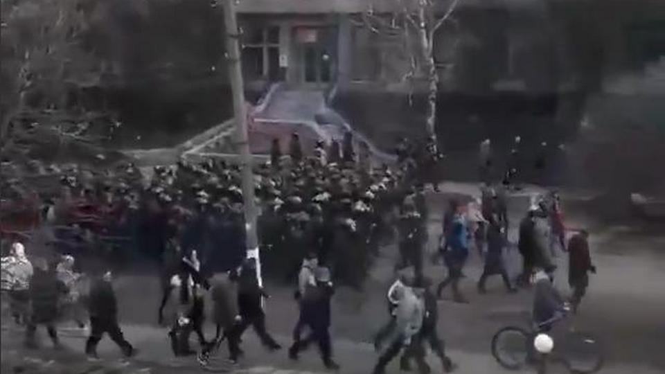 Митингующие в Новых Санжарах угрожают поджечь санаторий вместе с людьми, эвакуированными из Китая