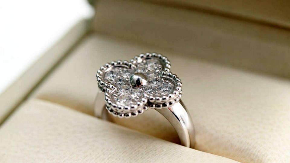 Мошенник украл у жителя Москвы кольцо стоимостью 6,4 миллиона рублей