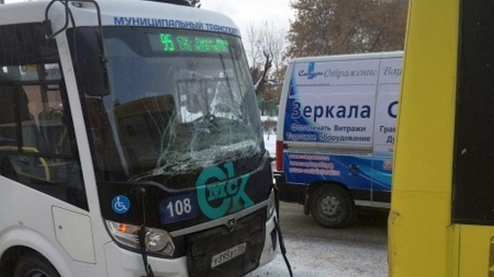 Пять человек пострадали при ДТП в Омске на автобусной остановке