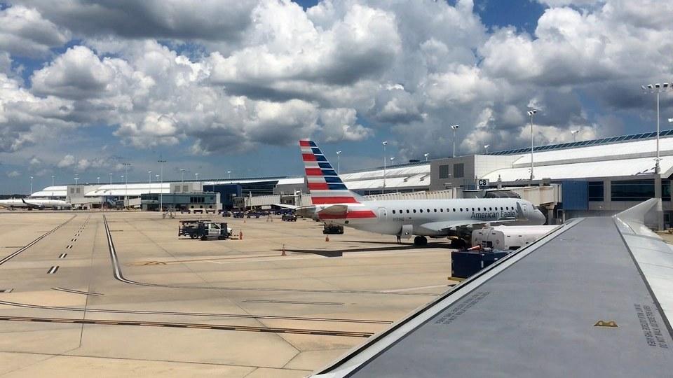 Опубликовано видео с горящим самолетом в аэропорту США