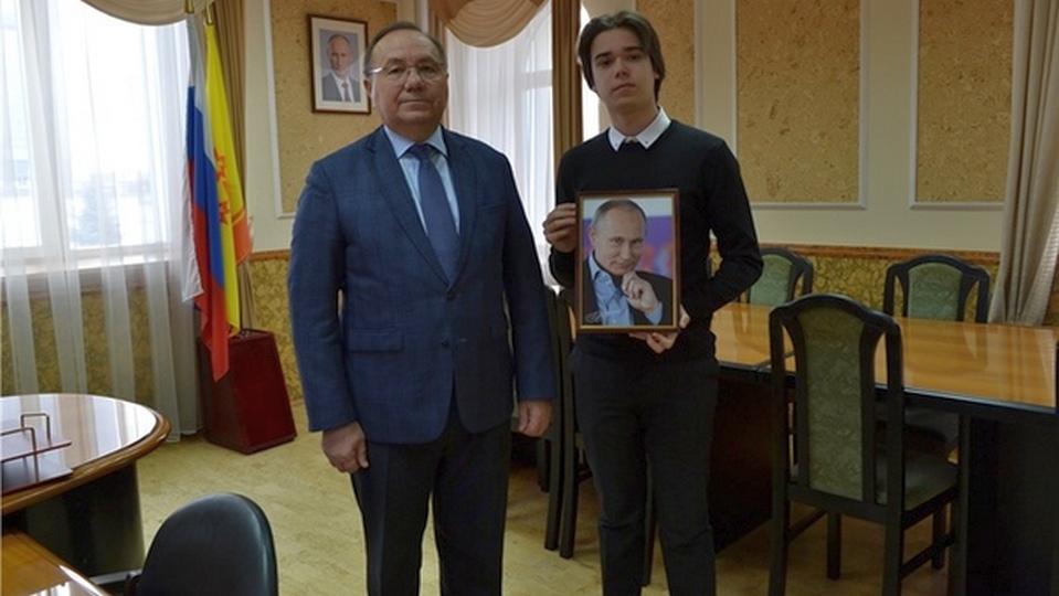 Чувашский школьник получил в подарок портрет Путина с автографом