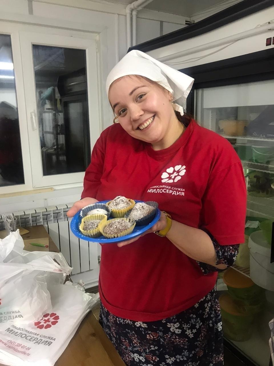 Уральские волонтеры испекли кексы и накормили бездомных на вокзале