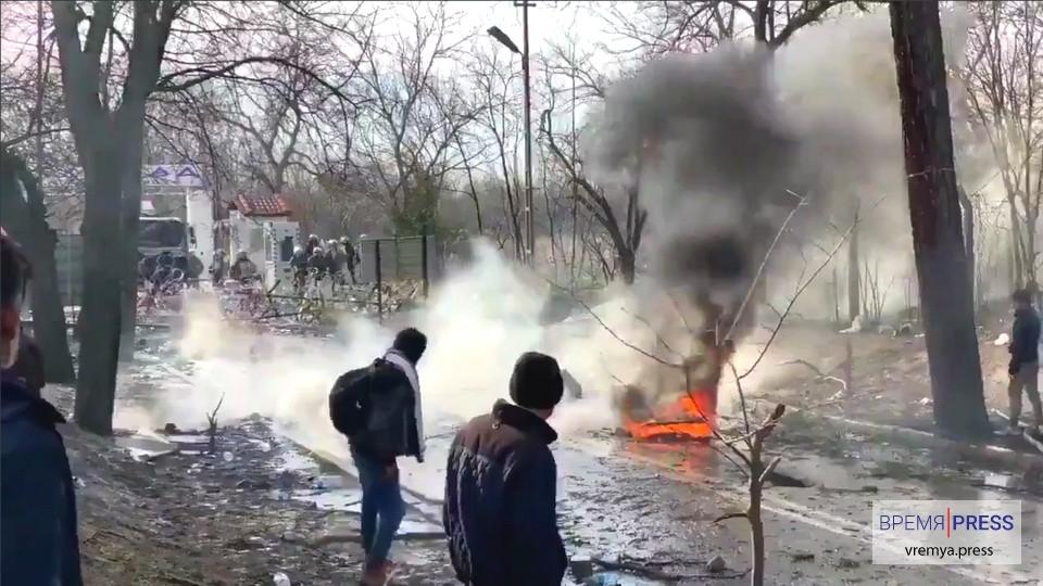 На границе с Грецией на телефоны мигрантов приходит сообщение с запретом пересекать её