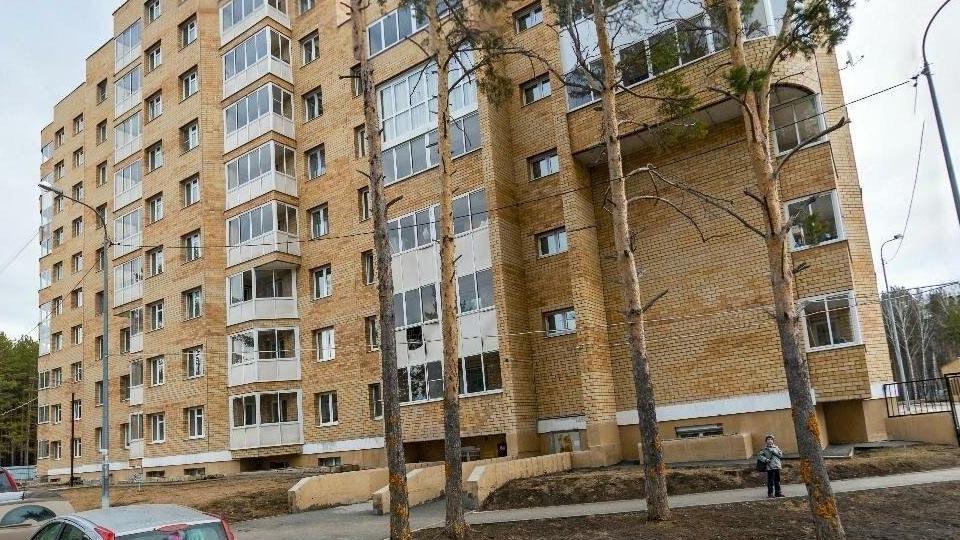 Восьмилетняя девочка из Екатеринбурга выпала из окна, но выжила