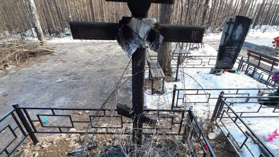 Вандалы подожгли 50 могил на кладбище Екатеринбурга