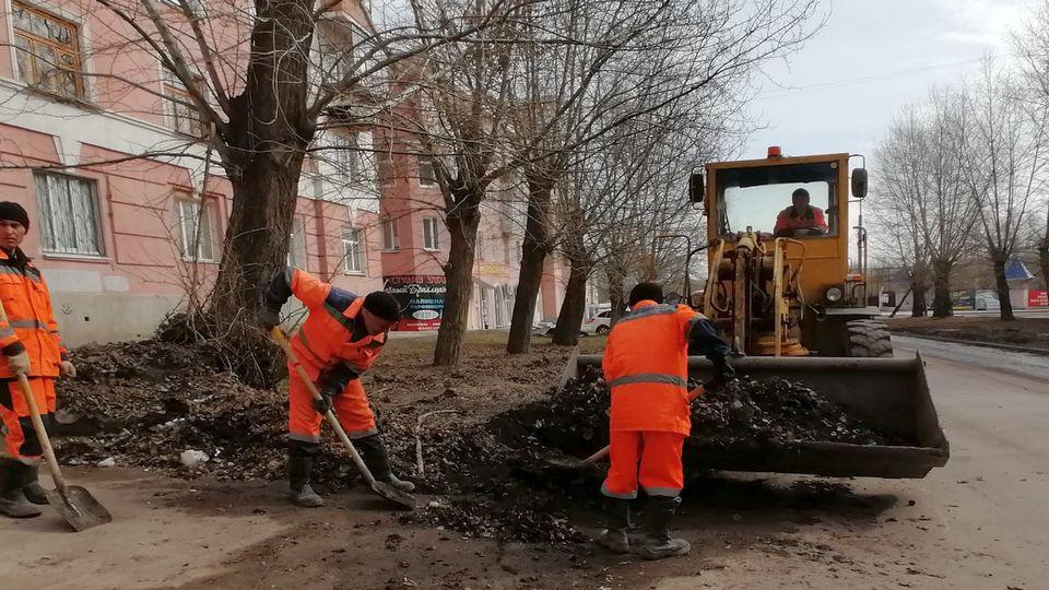 """Дорожники АО """"Горвнешблагоустройство"""" чистят улицы города от грязи"""