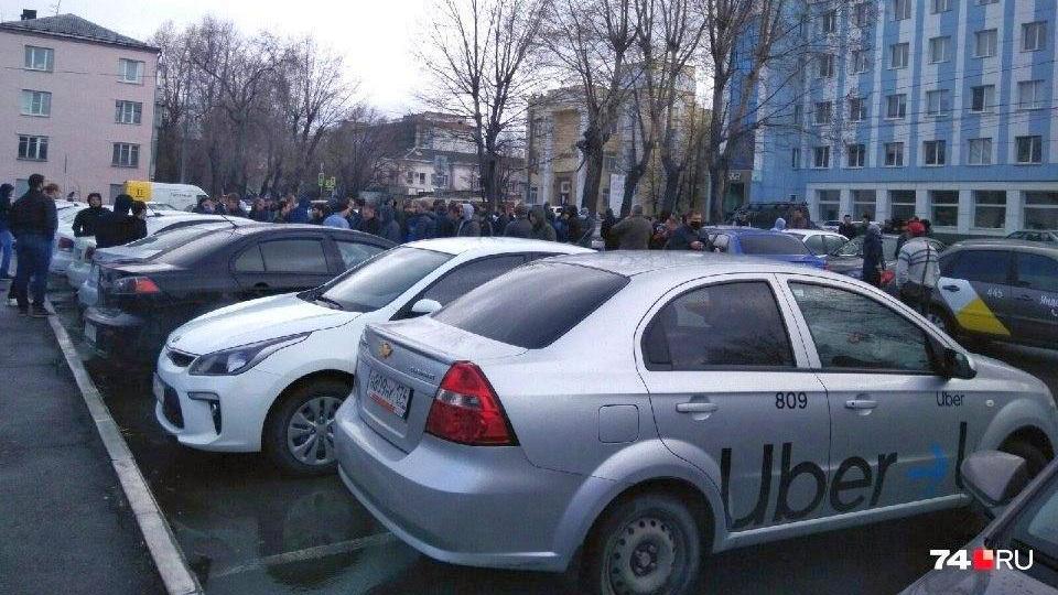 Челябинские таксисты устроили забастовку и-за упавших доходов