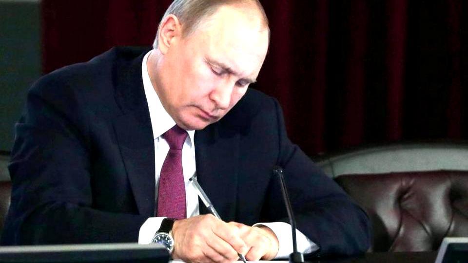 Путин подписал указ о выплате семьям с детьми по 5 тысяч рублей ежемесячно