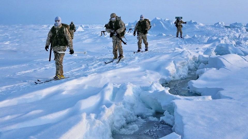 Минобороны РФ показало видеозапись учений ВДВ в Арктике