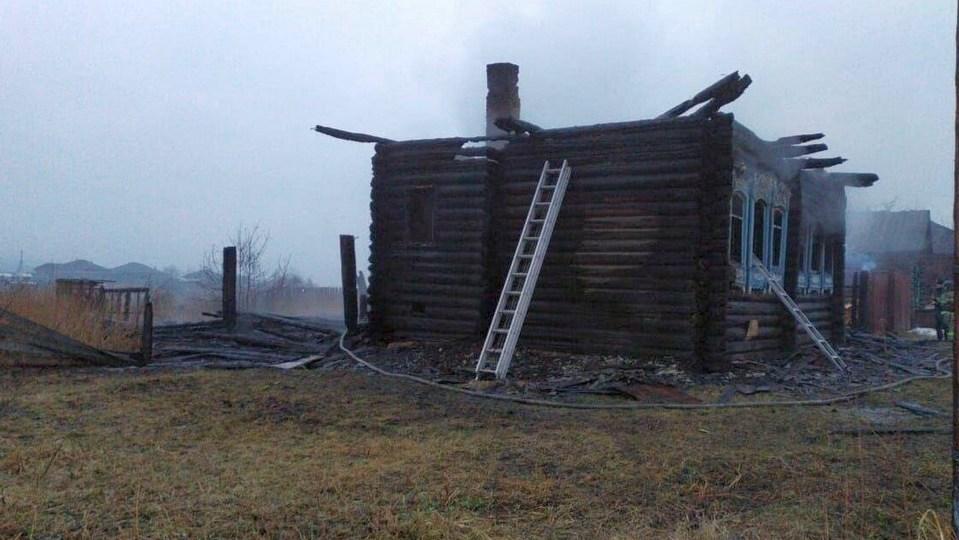 Трое детей погибли при пожаре на Урале, СКР завел дело