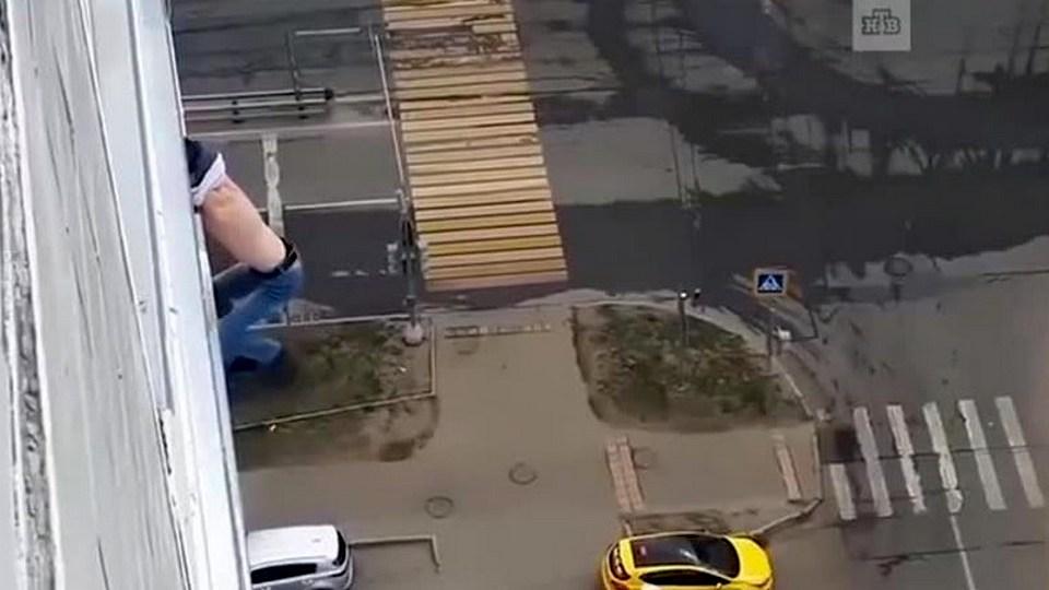 Никаких больше вечеринок: москвич едва не погиб, делая селфи в окне
