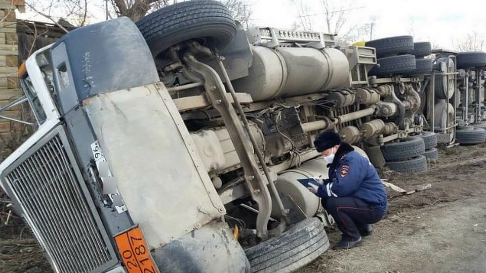 Автоцистерна с топливом перевернулась под Каменском-Уральским
