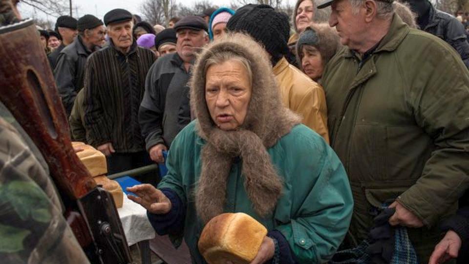 Подмосковные полицейские вернули домой вышедшую за хлебом пенсионерку