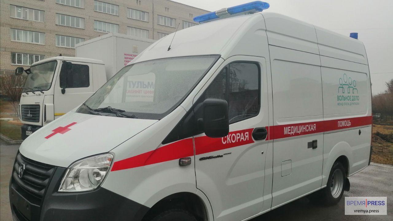 Медики Каменска-Уральского поблагодарили фонд Олега Дерипаски за новый автомобиль скорой помощи