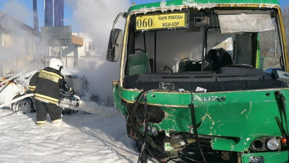 Семь человек пострадали при пожаре после ДТП в Екатеринбурге