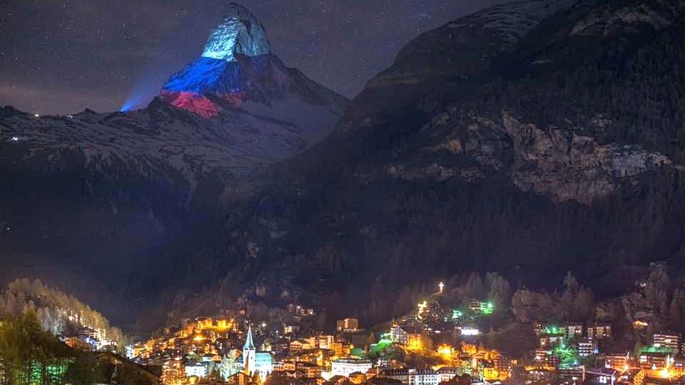 Швейцария окрасила гору Маттерхорн в цвета российского триколора в знак солидарности с РФ