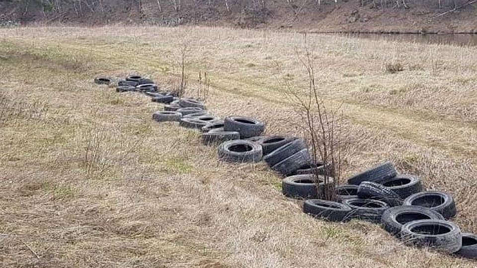 В Каменске-Уральском на берегу Исети обнаружили склад покрышек