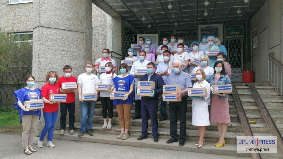 Спасибо медикам: врачи Каменска-Уральского получили подарочные наборы