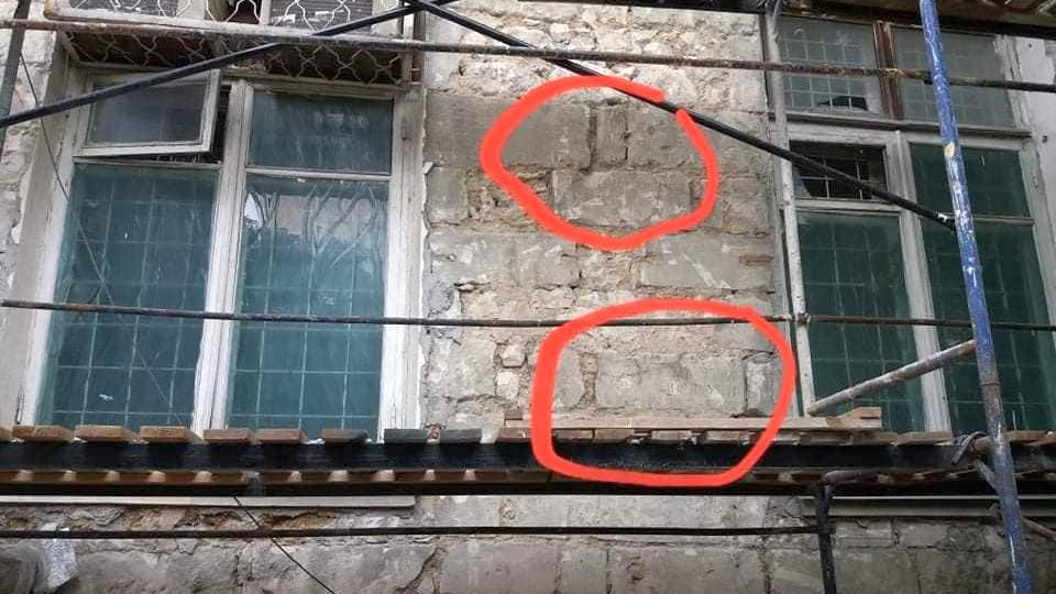 При ремонте фасада техникума в Симферополе на стенах проступили надгробия