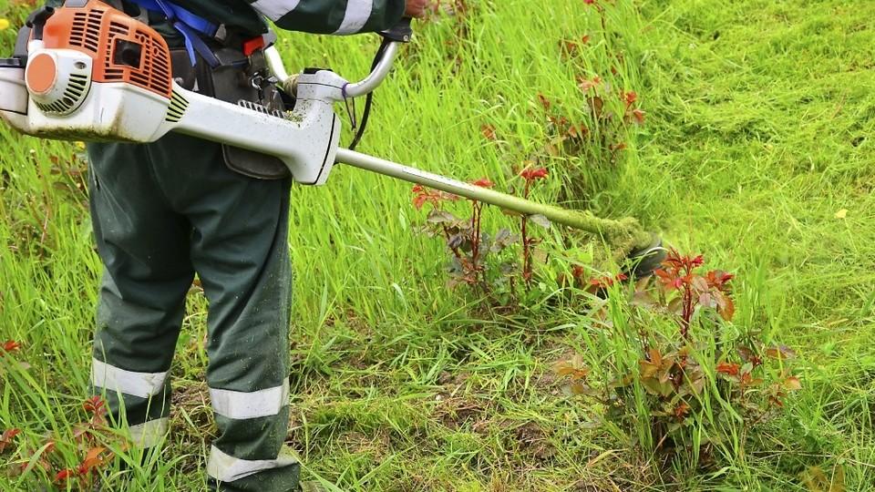 УК ДЕЗ начинает косить траву и обновлять МАФы во дворах Каменска-Уральского