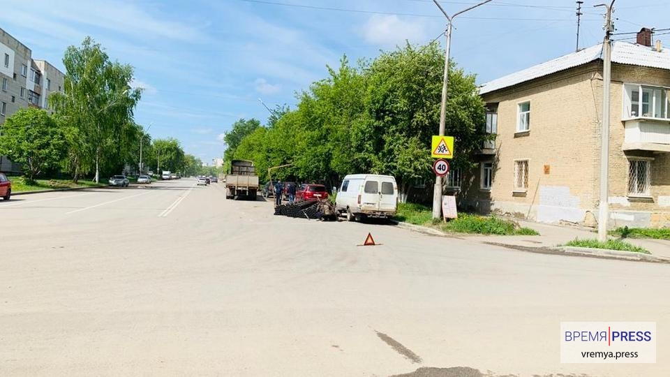 Дело труба: в Каменске-Уральском из грузовика на дорогу выкатились трубы